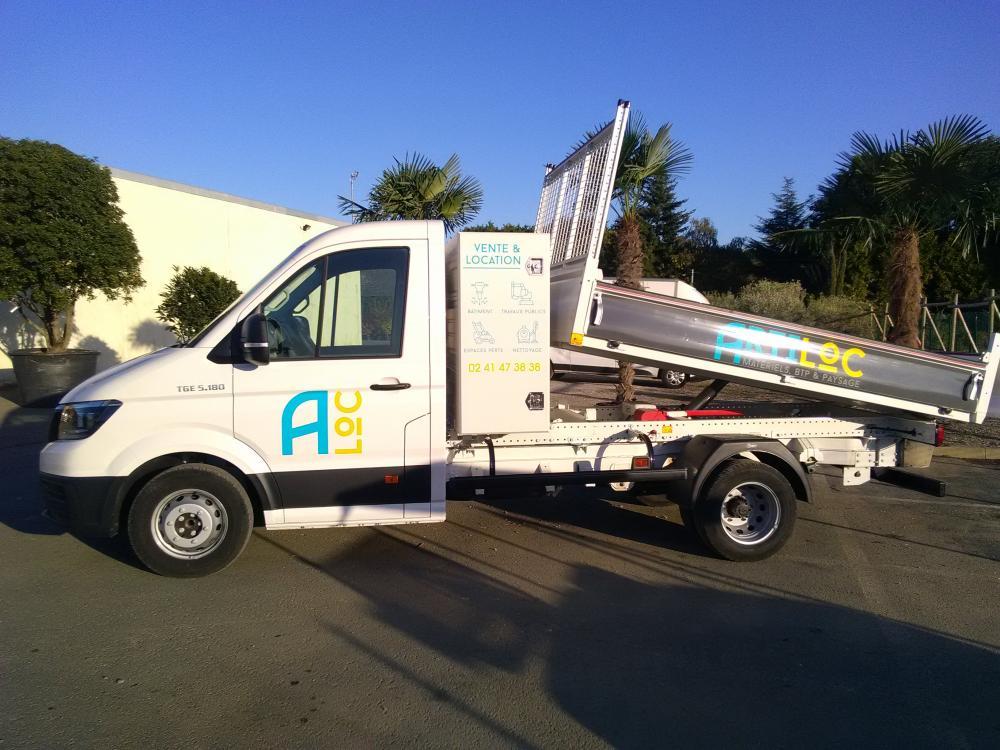 ARTILOC: Camion benne MAN 3.5T avec coffre et attelage mixte