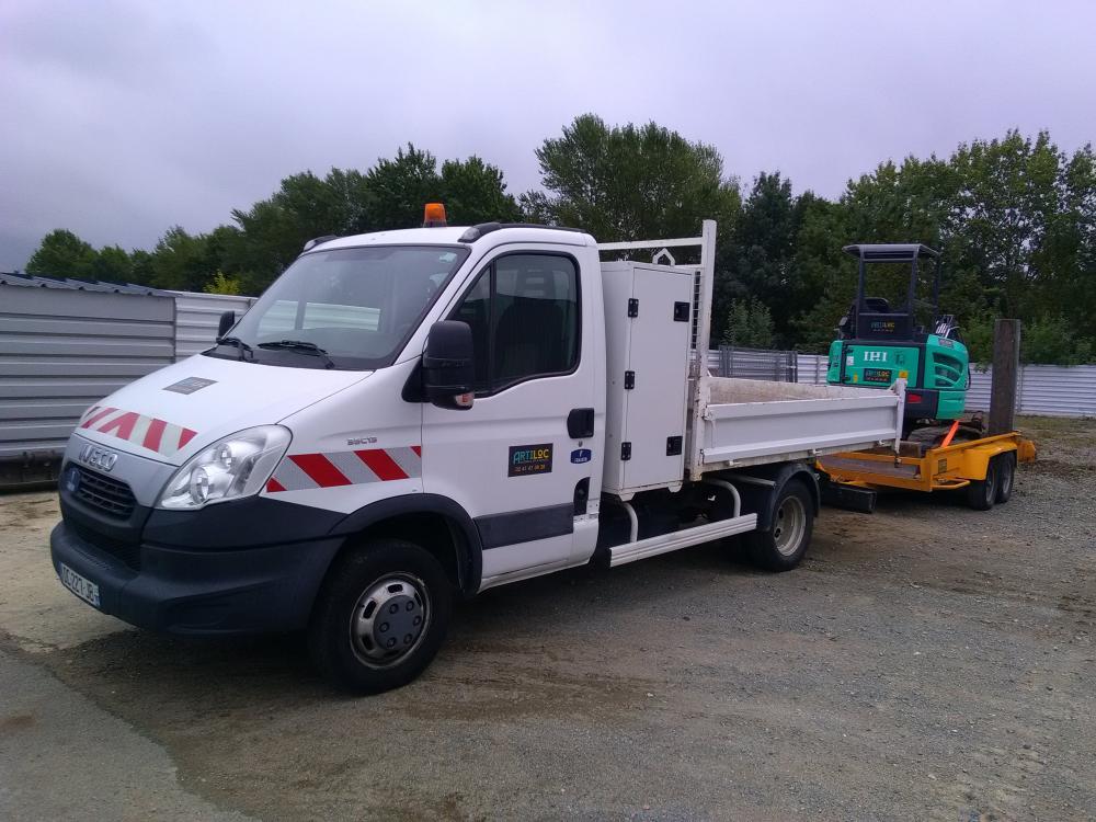 ARTILOC: Camion benne 3.5T avec coffre et attelage mixte